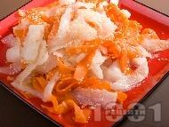 Салата от ряпа дайкон, моркови и сусам с дресинг от мирин, оризово вино, соев сос и сусам